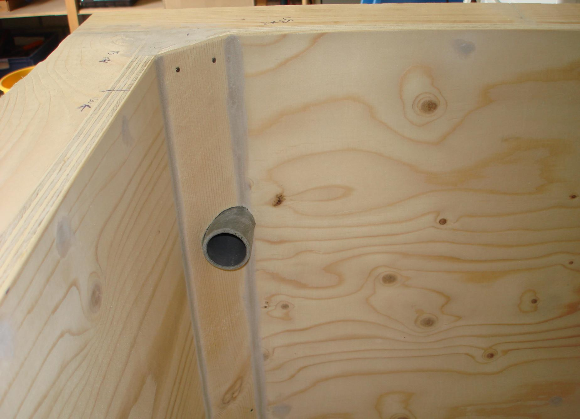 Zelf polyester bak maken kleine kastjes voor aan de muur for Filter vijver schoonmaken